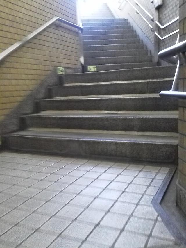 東京メトロ有楽町線新富町階段